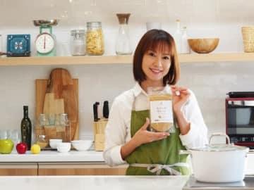 カレーパウダー「なないろカレー」をプロデュースした鈴木亜美さん