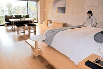 リビングや広々とした浴室を備えたスイートルーム。テラスも備える(京都市下京区、ザ・サウザンドキョウト)