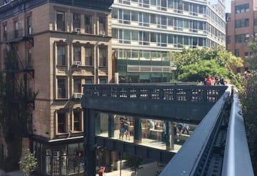 17ストリート辺りで10アベニューを斜め渡るハイライン。ガラス張りの展望台になっている