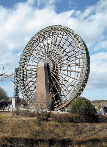 解体される大水車=寄居町の県立川の博物館