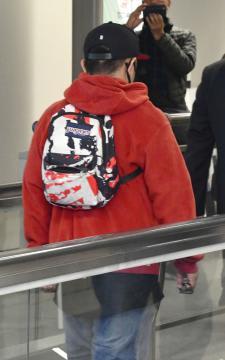 成田空港に到着したフィリピン国籍の元少年の男=24日午後8時55分