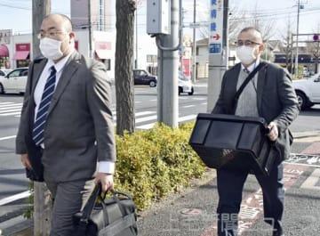 鳥山容疑者の自宅を家宅捜索し、押収物を運び出す埼玉県警の捜査員=24日午後、前橋市