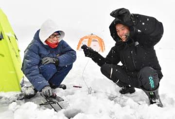岩洞湖で解禁された氷上ワカサギ釣りを楽しむ人たち