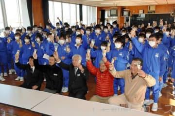 ヤマトイモを手に記念撮影する尾島中の生徒ら