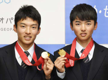 全日本選手権の優勝メダルを手にする兄の村上功太郎さん(左)と弟の裕二郎さん