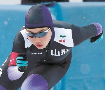 スピード女子3000メートル 4分29秒13で優勝した山形中央の小坂
