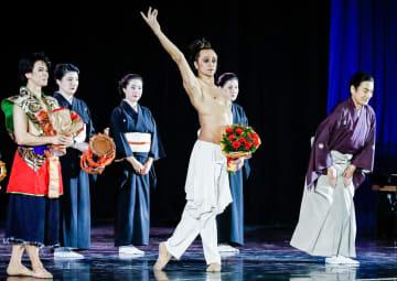 歓声に応える「信長―SAMURAI」の出演者。前列左から岩田守弘さん、ルジマトフさん、藤間蘭黄さん=24日、モスクワ・クレムリン宮殿の劇場(タス=共同)