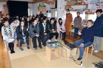 東無田地区の被災状況について説明を受ける韓国の女子高校生ら=益城町