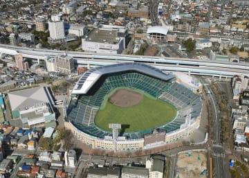 阪神甲子園球場=2016年、兵庫県西宮市