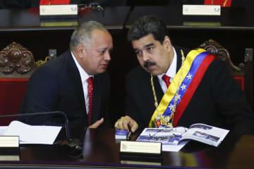 24日、ベネズエラの首都カラカスで制憲議会議長と話すマドゥロ大統領(右)(ゲッティ=共同)
