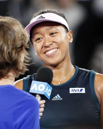 全豪オープンテニスの女子シングルスで決勝進出を決め、笑顔でインタビューを受ける大坂なおみ=24日、メルボルン(共同)