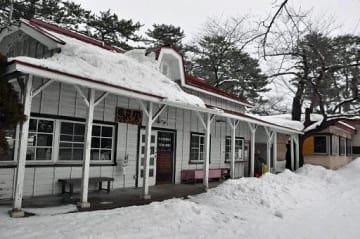 ふるさと納税の寄付金を活用して2015年度に屋根の改修が行われた旧芦野公園駅舎