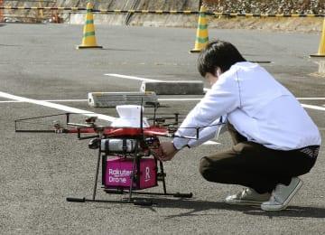 荷物配送の検証実験で商品を積み込んだドローン=25日午前、埼玉県秩父市