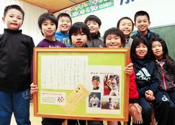 風船を受け取った田口壮コーチからの手紙を紹介する児童たち=加西市田谷町、宇仁小学校