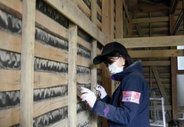 西日本豪雨で被災した山口貴之さんの自宅でボランティア活動する共同通信記者=2018年12月27日、岡山県倉敷市真備町地区