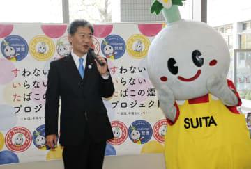大阪府吹田市で「すいたプロジェクト」の開始を宣言する後藤圭二市長と、市のイメージキャラクター「すいたん」=25日午後