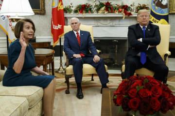 ワシントンのホワイトハウスでトランプ米大統領(右)らと議論する下院議長のペロシ氏(左)=2018年12月(AP=共同)