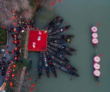 川辺で伝統演劇、新年迎える古鎮の伝統 浙江省河西埭村