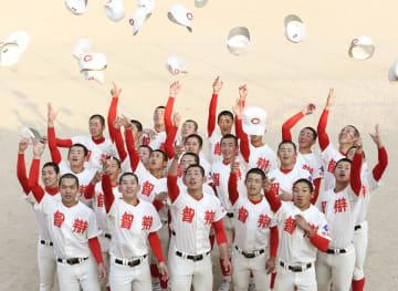 2年連続の出場が決まり、喜ぶ智弁和歌山の選手たち=25日、和歌山市