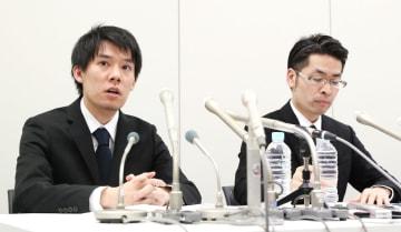 記者会見で、質問に答えるコインチェックの和田晃一良社長(当時・左)=2018年1月、東京・日本橋兜町の東京証券取引所