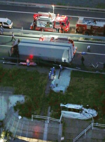 2017年8月、マイクロバス(右下)にトラックが衝突した徳島自動車道の事故現場=徳島県鳴門市