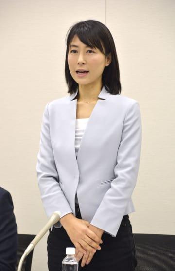 夏の参院選への出馬を表明する元東京都議の塩村文夏氏=25日午後、東京都内