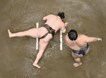 白鵬(左)が突き落としで貴景勝に敗れる=両国国技館