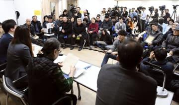 韓国人元徴用工らの代理人弁護士(手前)が開いた追加訴訟説明会=25日、ソウル(共同)