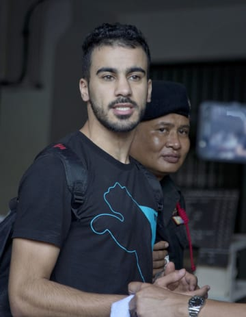 タイ・バンコクの裁判所に連行されるハキム・アライビ氏(左)=2018年12月11日(AP=共同)
