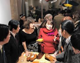 女性デザイナーから意見を聞く神戸市の担当者ら=パリ、ギャラリー「アトリエ・ブランマント」