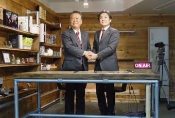国民民主党が開設したインターネットの発信拠点「こくみんスタジオ」で、自由党の小沢一郎共同代表(左)と対談に臨む玉木代表=25日午後