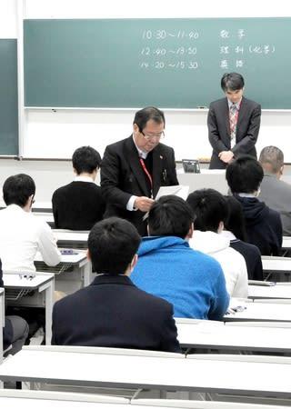 試験開始を待つ新潟薬科大の受験生=25日、新潟市秋葉区