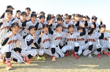 選抜高校野球大会初出場が決まり、喜びを爆発させる日章学園ナイン=25日午後、宮崎市・日章学園高野球部グラウンド