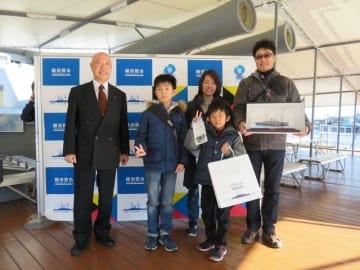 荒川理事長(左端)から認定証と「戦艦三笠」の模型を贈られた森桜介さん(左から2人目)