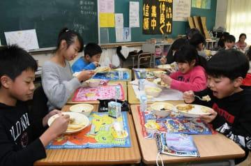 カレーをほお張る児童=横須賀市立池上小学校