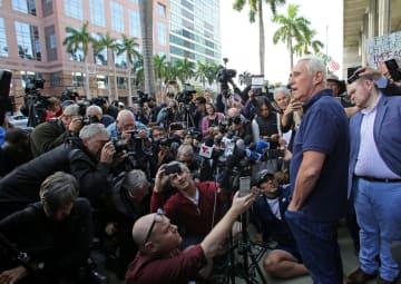 フロリダ州の裁判所に出廷後、記者団に無罪を主張するロジャー・ストーン被告(ロイター=共同)