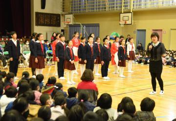 筑西市立下館小の児童を前に、詩の朗読を披露する中国深セン市・育才第一小、育才第四小の5、6年生。右は育才第四小の唐文紅教頭=同市甲