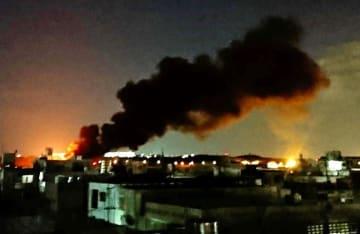 米軍普天間飛行場から立ち上る黒煙=25日午前1時45分ごろ、宜野湾市(読者提供)