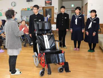 おくうら元気村に車いすを寄贈した鍋内君(右から4人目)ら=五島市奥浦町