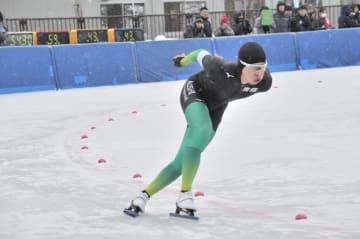 【男子1500メートル】1分57秒45で8位入賞の清川一樹(八戸西)=磐梯熱海スポーツパーク郡山スケート場