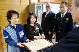 署長感謝状をを受け取るローソン御津苅屋店の中川裕美子店長(左)と店員の赤穂めぐみさん