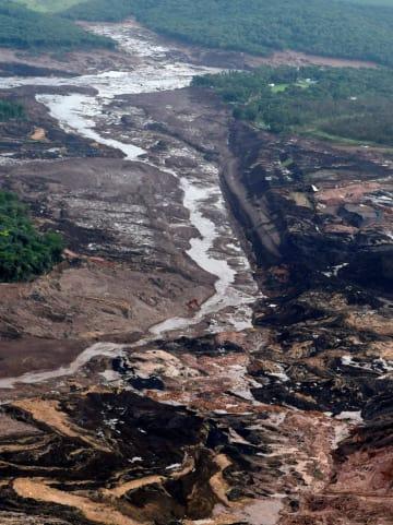 決壊したダム=25日、ブラジル南東部ブルマジニョ(ロイター=共同)