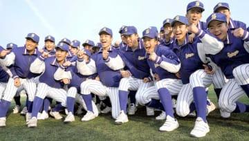 2年連続での選抜大会出場が決まり、喜ぶ松山聖陵ナイン=25日、松山市久万ノ台