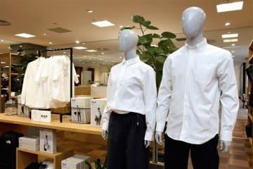 来月発売される宇宙飛行士の下着の技術を応用した「消臭シャツ」=25日、熊本市