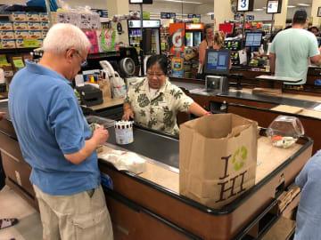 プラスチック製レジ袋が禁止されているハワイ州のスーパー。州統一デザインの紙袋が使われている(5月、ホノルル市)=NPO法人プロジェクト保津川提供