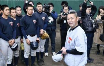 「ふがいない戦いはしないよう、肝に銘じてほしい」と話す平田監督=横浜高長浜グラウンド