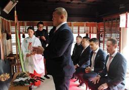 日本一奪還を報告した神戸製鋼ラグビー部の選手ら=26日午前、南宮宇佐八幡神社