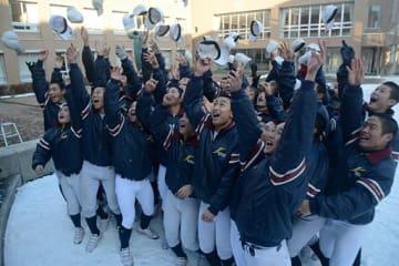 センバツ出場が決まり、一斉に帽子を投げて喜ぶ光星ナイン=25日午後3時20分ごろ、八戸市の同校