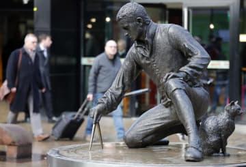 ロンドンのユーストン駅に設置されているフリンダースの像=25日(AP=共同)