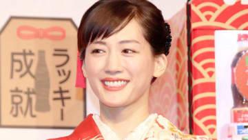 「コカ・コーラ」福ボトルのPRイベントに登場した綾瀬はるかさん
